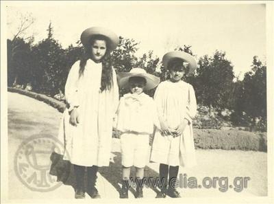 Ο Νικόλας Κάλας (1907-1988), παιδί, με τις πριγκίπισσες Νίνα και Ξένια, στον Εθνικό Κήπο.