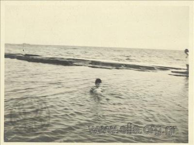 Ο Νικόλας Κάλας (1907-1988), παιδί, στη θάλασσα, Παλαιό Φάληρο.