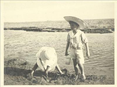 Τα γενέθλια του Νικόλα Κάλας (1907-1988) στο Παλαιό Φάληρο. Παιχνίδι στην άμμο.