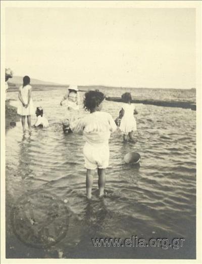 Ο Νικόλας Κάλας (1907-1988) με παιδιά στη θάλασσα, Παλαιό Φάληρο.