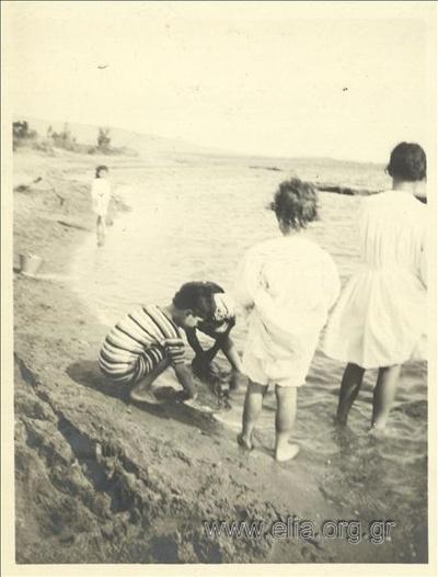 Ο Νικόλας Κάλας (1907-1988), παιδί, στο Παλαιό Φάληρο. Παιχνίδι στην άμμο.