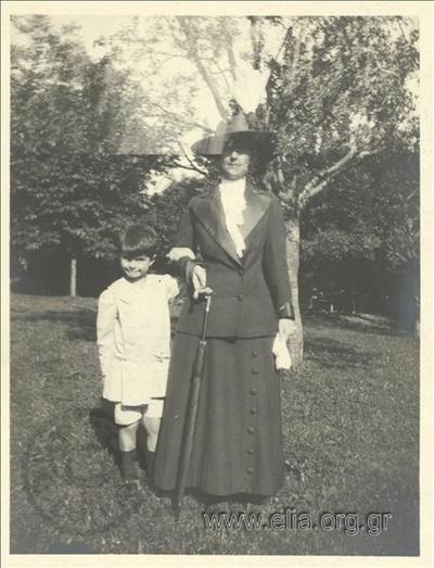 Ο Νικόλας Κάλας (1907-1988), παιδί, με την γκουβερνάντα σε πάρκο.