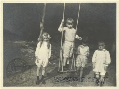 Ο Νικόλας Κάλας (1907-1988), παιδί, με φίλους σε κούνια πάρκου, Champ Soleil.