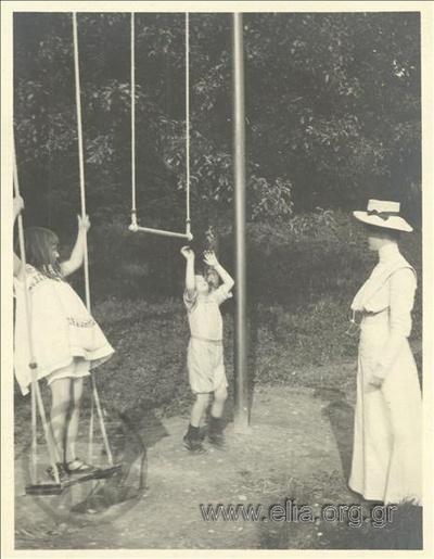 Ο Νικόλας Κάλας (1907-1988), παιδί, με φίλους σε κούνιες πάρκου, Champ Soleil.