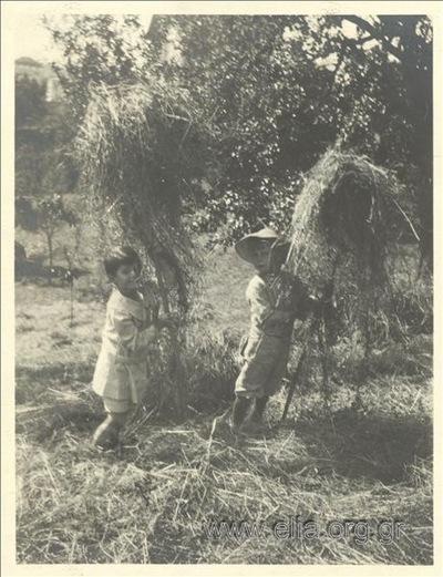 Ο Νικόλας Κάλας (1907-1988), παιδί, με φίλο, μαζεύουν άχυρα, Champ Soleil.