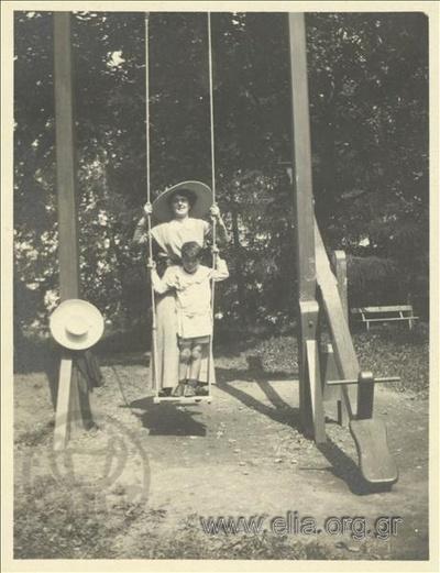 Ο Νικόλας Κάλας (1907-1988), παιδί, με την μητέρα του, Ρόζα, σε κούνια πάρκου, Champ Soleil.