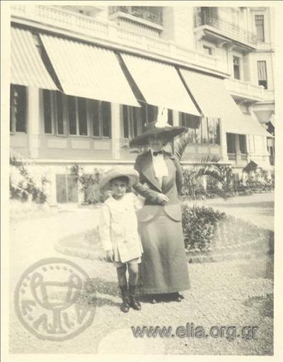 Ο Νικόλας Κάλας (1907-1988), παιδί, με γυναίκα σε κήπο.
