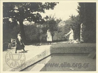 Ο Νικόλας Κάλας (1907-1988), παιδί, με δύο κορίτσια σε πάρκο, Champ Soleil.