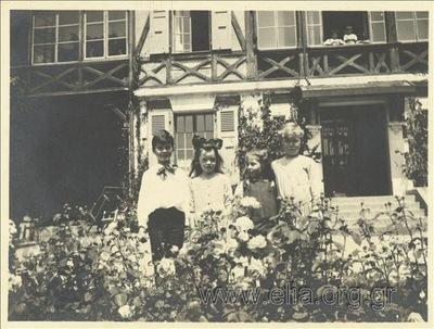Ο Νίκης Καλαμάρης και άλλα παιδιά στην αυλή του chalet.