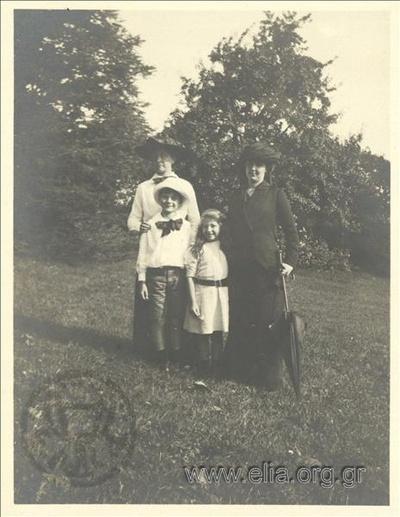 Ο Νίκης Καλαμάρης, η Hélène, η Ρόζα Καλαμάρη και γκουβερνάντα.
