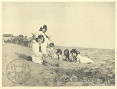 Ο μικρός Νίκης Καλαμάρης στην ακρογιαλιά με νεαρές πριγκίπισσες.