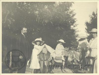 Εκδρομή στην Κηφισιά. Ο Ιωάννης Καλαμάρης και παιδιά της βασιλικής οικογένειας πάνω σε γαϊδούρια.