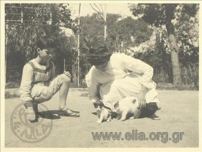 Ο Νικόλας Κάλας (1907-1988), παιδί, με γκουβερνάντα και γάτες σε κήπο, Κηφισσιά.