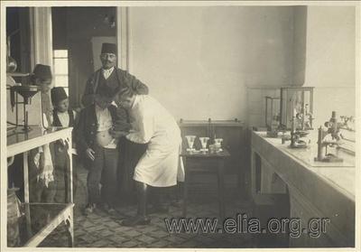 Ελληνική κατοχή της Σμύρνης. Υγειονομικό εργαστήριο. Νεαρός τούρκος εμβολιάζεται κατά της λύσσας από το διευθυντή της υπηρεσία κ. Κομνηνό.