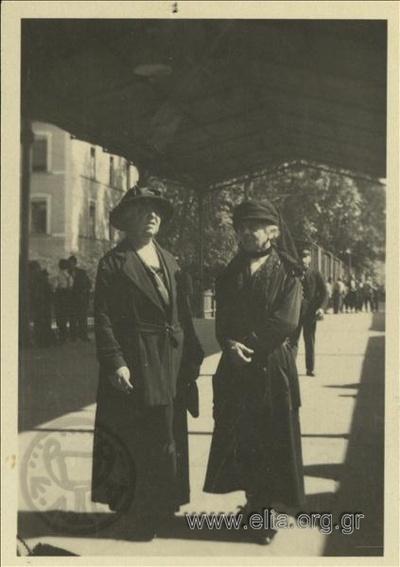 Δύο από τις θείες του Νικολάου Τομπάζη σε σιδηροδρομικό σταθμό.