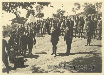 Ο στρατηγός Λεωνίδας Παρασκευόπουλος παρακολουθεί την διανομή του σισσυτίου.