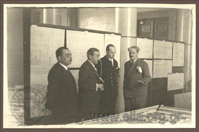 9 Νοεμβρίου 1936.  Ο διάδοχος Παύλος με τον Κωνσταντίνο Κοτζιά εξετάζουν τα προπλάσματα των νέων έργων για την πόλη των Αθηνών.