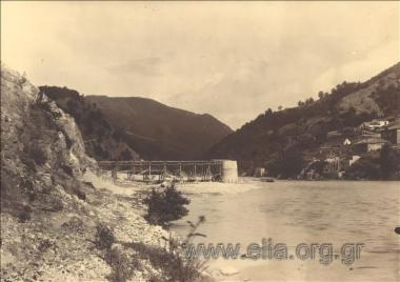 Κατασκευή γέφυρας στον ποταμό Νέστο. Ξύλινος σκελετός που συνδέει τη μία όχθη με τις κεντρικές κολώνες της γέφυρας. Στην απέναντι όχθη διακρίνονται καταλύματα.
