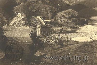 Κατασκευή γέφυρας στον ποταμό Νέστο. Το πρώτο τόξο που συνδέει τη μία όχθη με την κεντρική κολώνα της γέφυρας. Το συνεργείο των εργατών εργάζεται στην κοίτη του ποταμού.