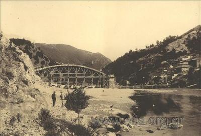 Κατασκευή γέφυρας στον ποταμό Νέστο. Το πρώτο τόξο της γέφυρας που συνδέει τη μία όχθη με την κεντρική κολώνα. Στην απέναντι όχθη διακρίνονται καταλύματα.