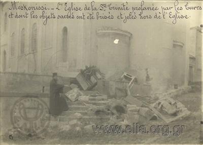 Μικρασιατική καταστροφή, ο ναός της Αγίας Τριάδος του Μοσχονησίου συλημμένη από τους Τούρκους: τα ιερά αντικείμενα του ναού έχουν σπάσει και πεταχτεί έξω από το κτίριο.