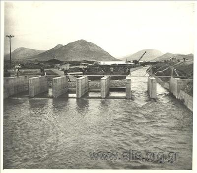 Έργα κατασκευής διαύλου υδροληψίας από τη λίμνη Υλίκη στο αντλιοστάσιο του Μουρικίου: εκτροπή του ρεύματος υπερχειλίσεως της Υλίκης για να διευκολυνθούν τα υπόγεια έργα υδροληψίας.