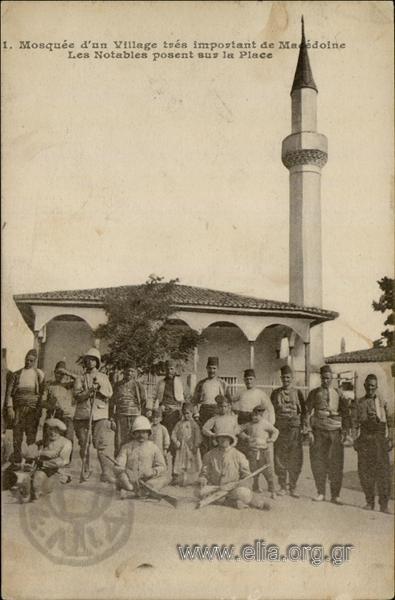 Mosquée d' un Village très important de Macédoine. Les Notables posent sur la Place.