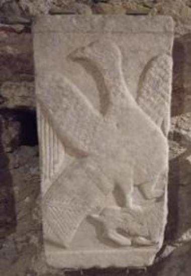 Μαρμάρινη πλάκα με ανάγλυφη παράσταση αετού.