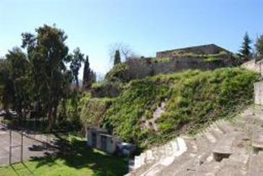 Τμήμα της μεσαιωνικής τάφρου και τείχους