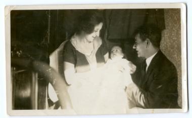 Ο Νίκος Κόρτης (Χατζηνικολάκης) με τη σύζυγό του Μαριέτα και το νεογέννητό τους στην Αμερική