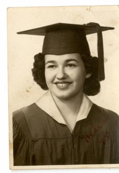 Η Ελένη Κόρτη με την στολή αποφοίτησης από Κολλέγιο της Αμερικής