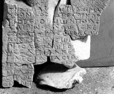 ILeukopetra 078: Απελευθέρωση δούλης, της κόρης της και             παιδιού της τελευταίας με ανάθεση στην Αυτόχθονα Μητέρα των Θεών από τον Κοδράτο,             οικονόμο της Βέροιας.