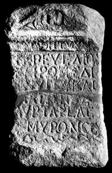 IThrAeg E194: Αναθηματικός βωμίσκος του Αυρηλίου Τάρσα, ιερέως του Διός, της Ρώμης και του Μάρωνος