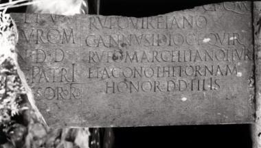Achaïe II 136a_b: Επιτύμβιο του Γαΐου Αννουσιδίου Ρούφου και της οικογένειάς του