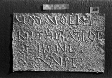 ΕΑΜ 165: Επιτύμβιο του ιατρού Κλαυδίου Ιουλίου Νεικήτου