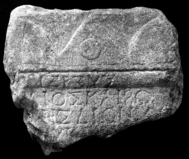 IThrAeg E188: Αναθηματικός βωμίσκος ιερέως του Διός, της Ρώμης και του Μάρωνος