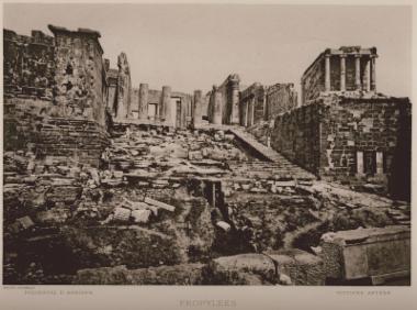 Τα Προπύλαια της Ακρόπολης και ο ναός της Αθηνάς Νίκης.