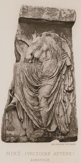 Η «σανδαλίζουσα» Νίκη, από το θωράκιο του ναού της Αθηνάς Νίκης στην Ακρόπολη (Μουσείο Ακρόπολης).
