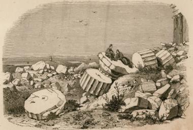 Θραύσματα αρχαιοτήτων νότια του Παρθενώνα.