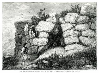 Τμήμα των τειχών της αρχαίας Τίρυνθας, με είσοδο στοάς.