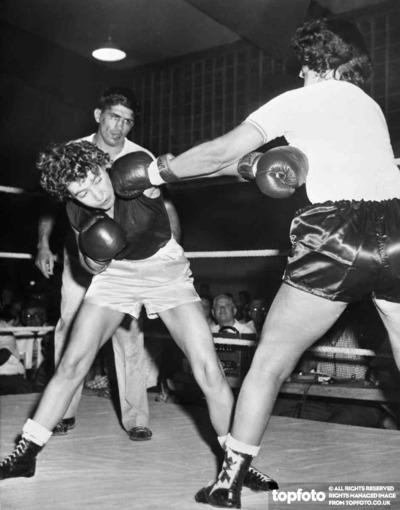 Women boxing