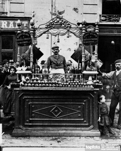 Water vender's kiosk in Naples<datePhoto>1895