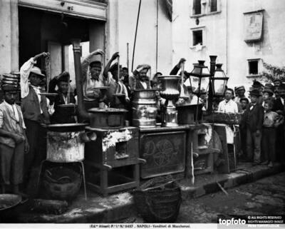 Macaroni-sellers in Naples<datePhoto>1895 ca.</DatePhoto>