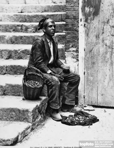 Seller of snails in Agrigento<datePhoto>1895