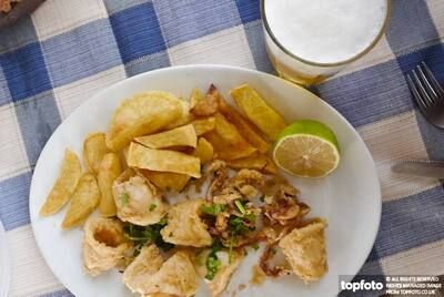 Deepfried squid with chips at