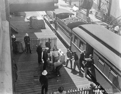 Loading gold at Cape Town