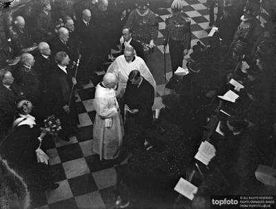 King Edward himself distributes Maundy