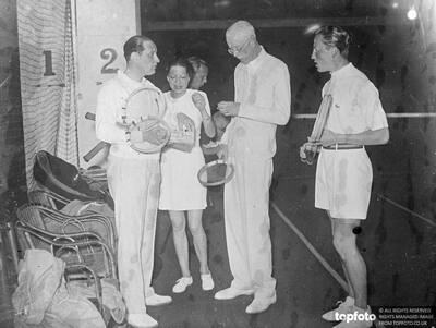 King Gustav plays tennis with