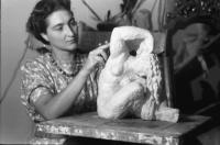 Bukarest: Zoe Baicoianu, Bildhauerin, am Modelltisch   Europeana