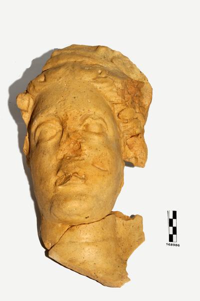 testa di statua frontonale